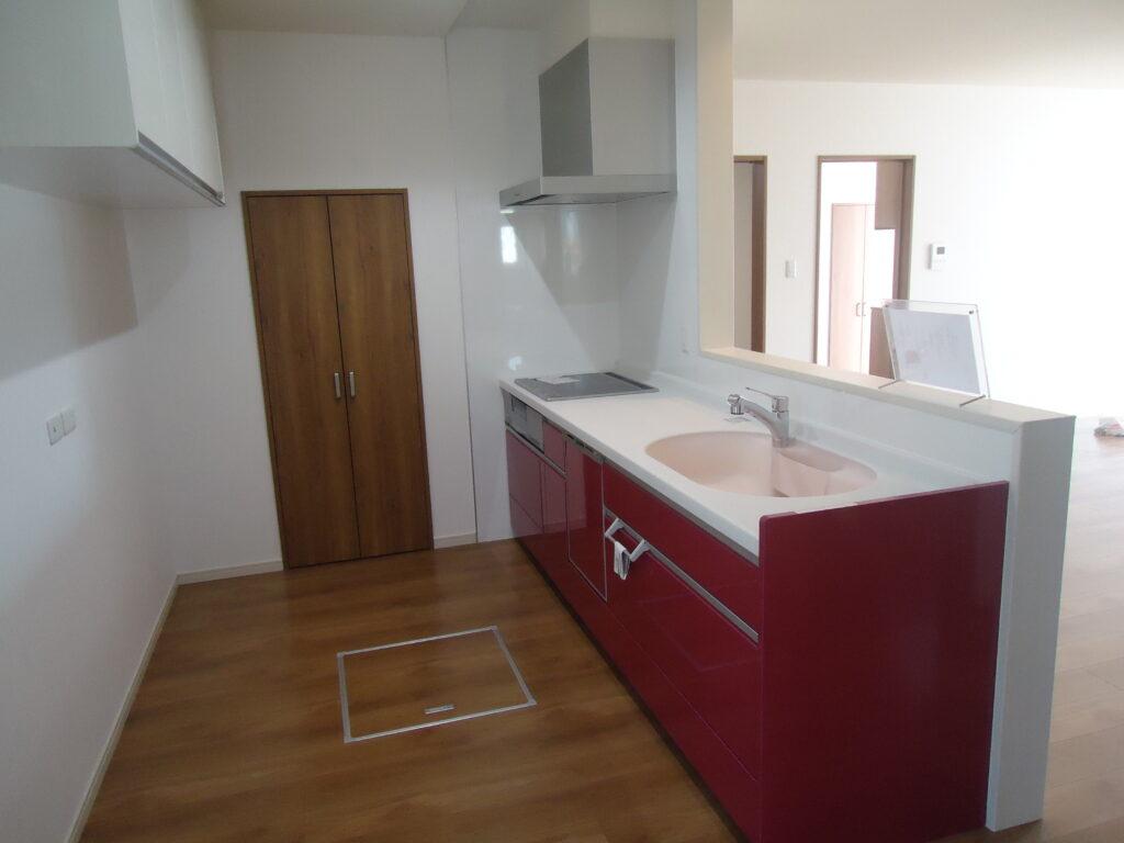 赤いキッチンのお家 キッチン