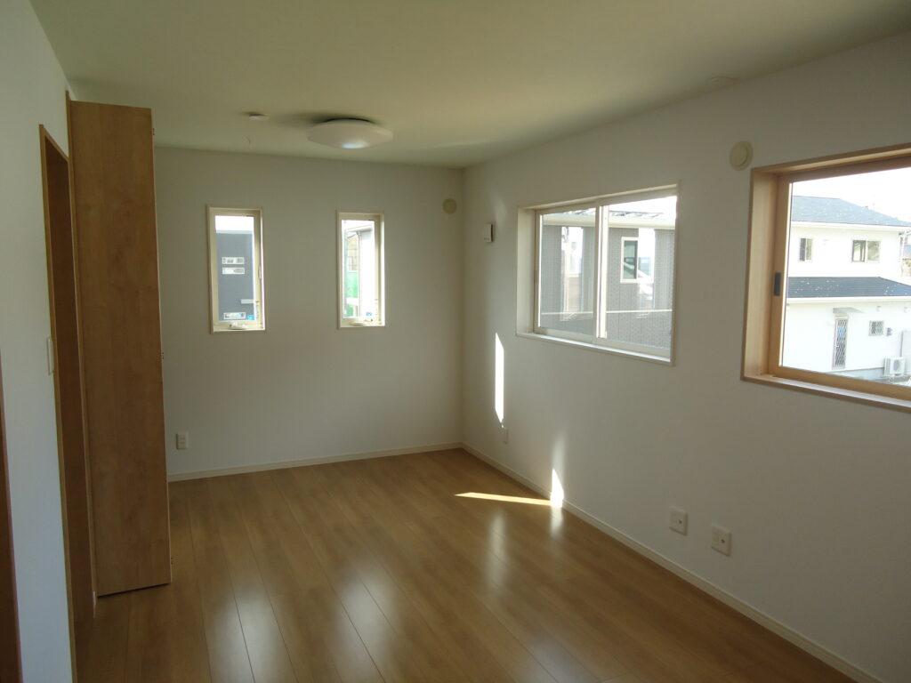 赤いキッチンのお家 寝室