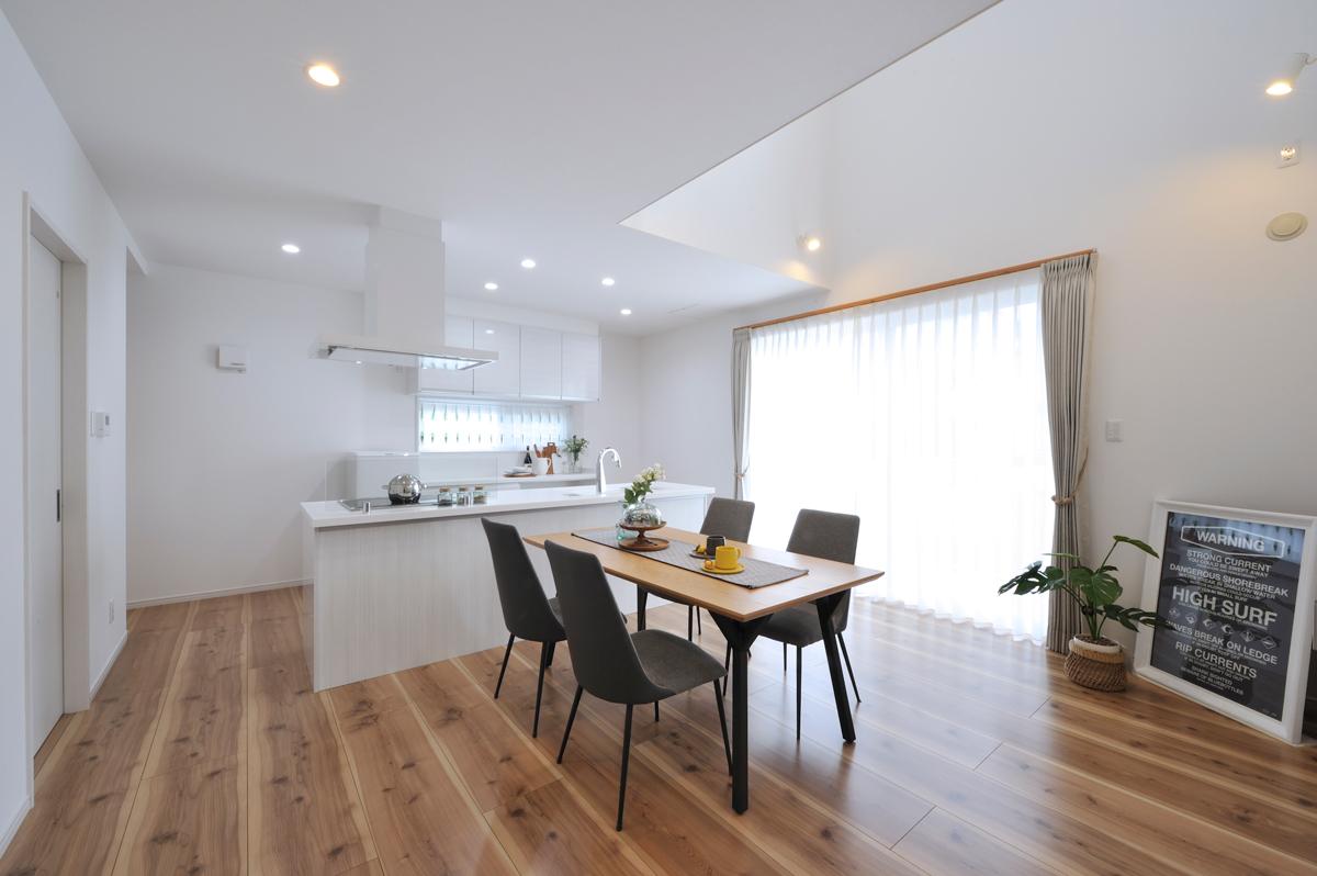 秋松モデルハウス【ME+】 アイランドキッチンと大きな引き戸