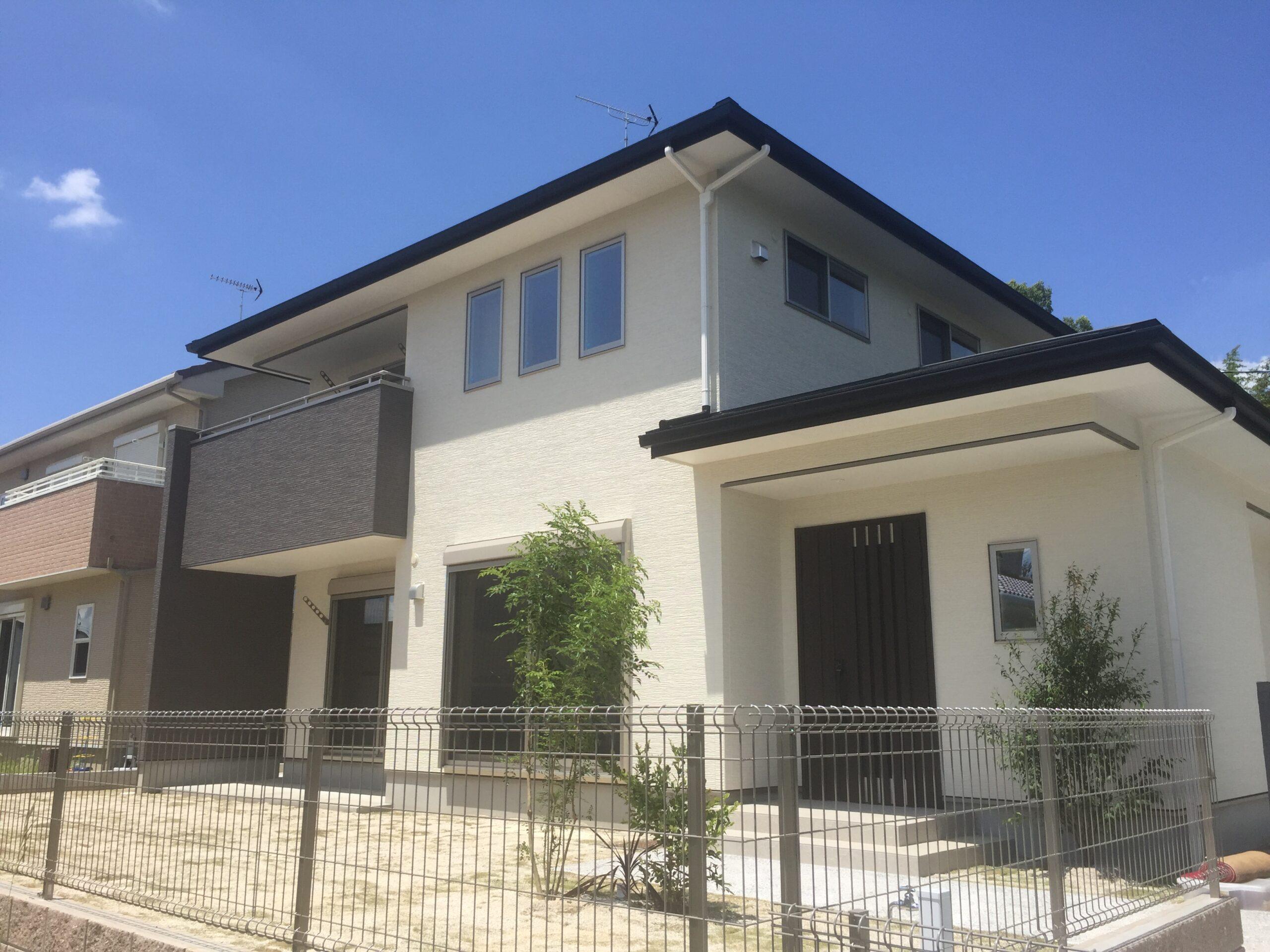 屋根の軒先水平美が映えるシックな家 外観