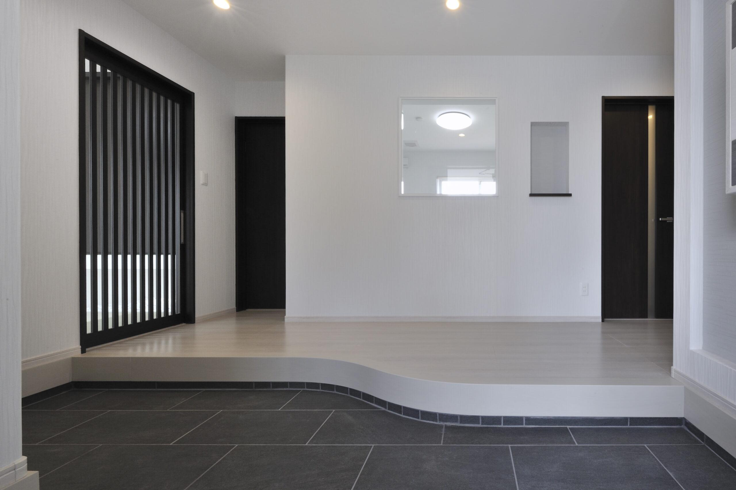 スタイリッシュなシンプルモダンの家 玄関