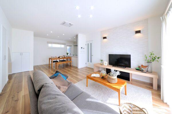 家具やインテリアはいつ頃購入? 明るいリビング