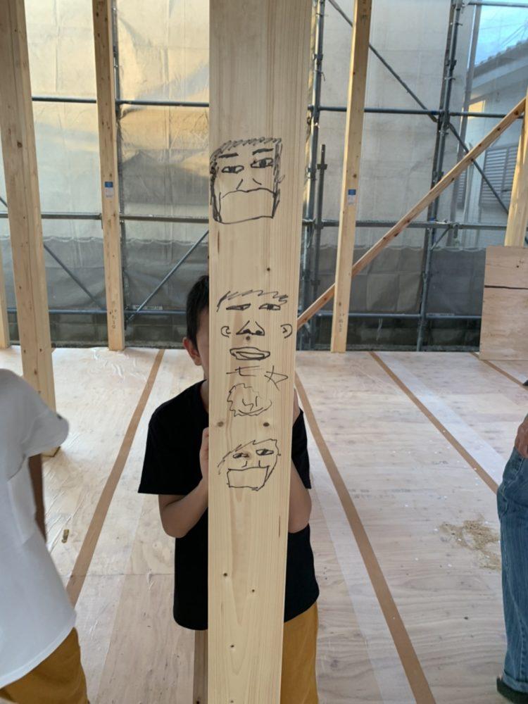 柱にお子様のお絵描き