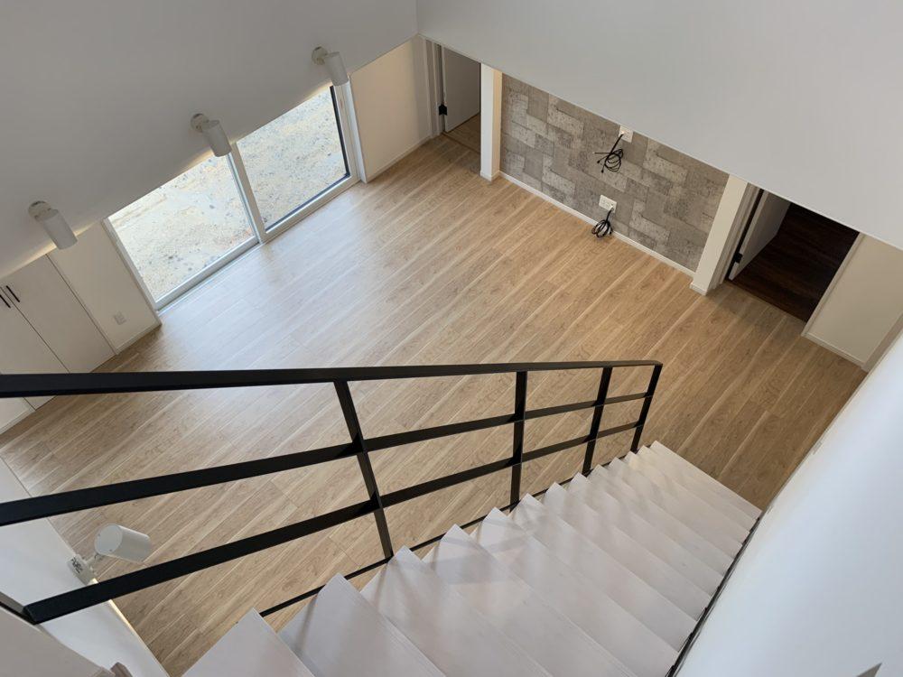オープン階段と吹抜けのある開放的な家 オープン階段